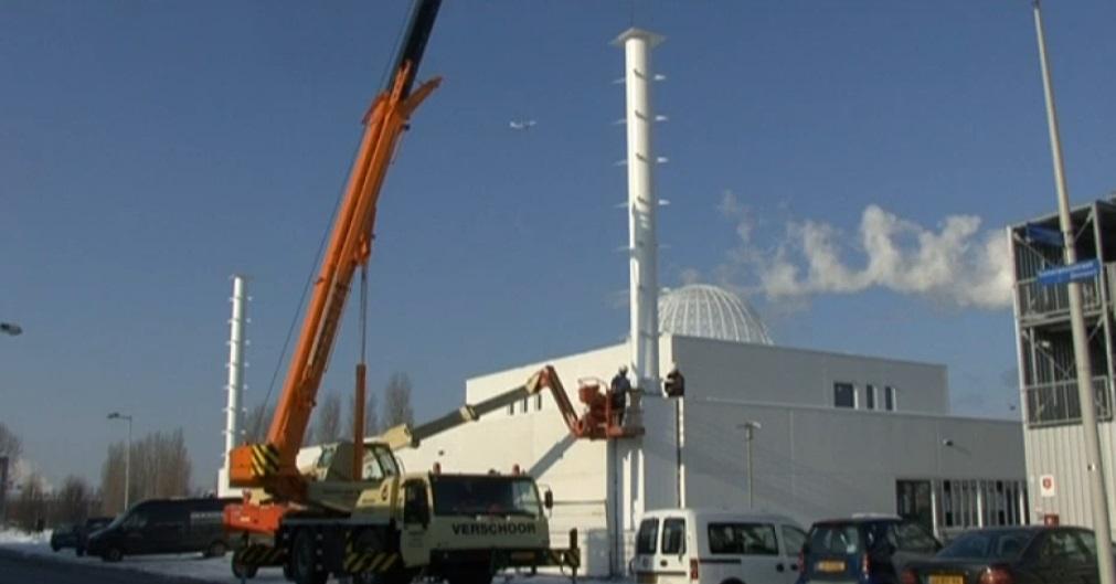 De naam van Allah in wolken boven de Westpoort-moskee in aanbouw, AT5, januari 2013